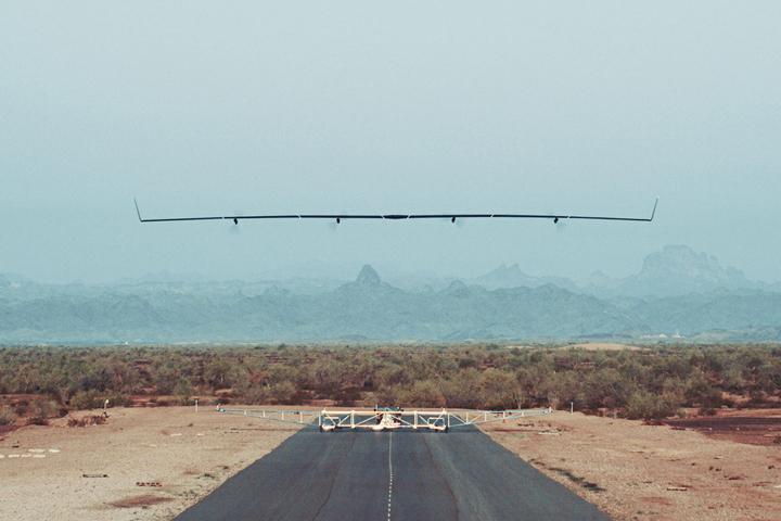 Беспилотник Facebook для раздачи Интернета совершил первый полет