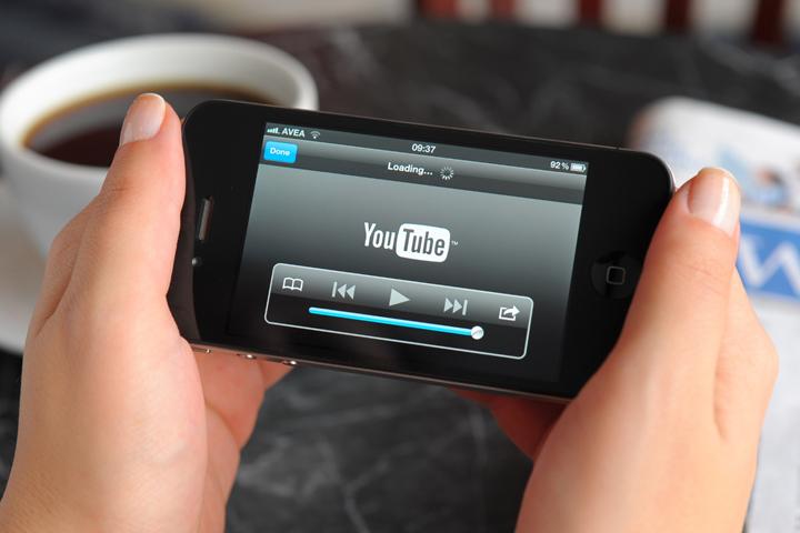 Сибиряки стали вдвое чаще смотреть телевидение с мобильных устройств